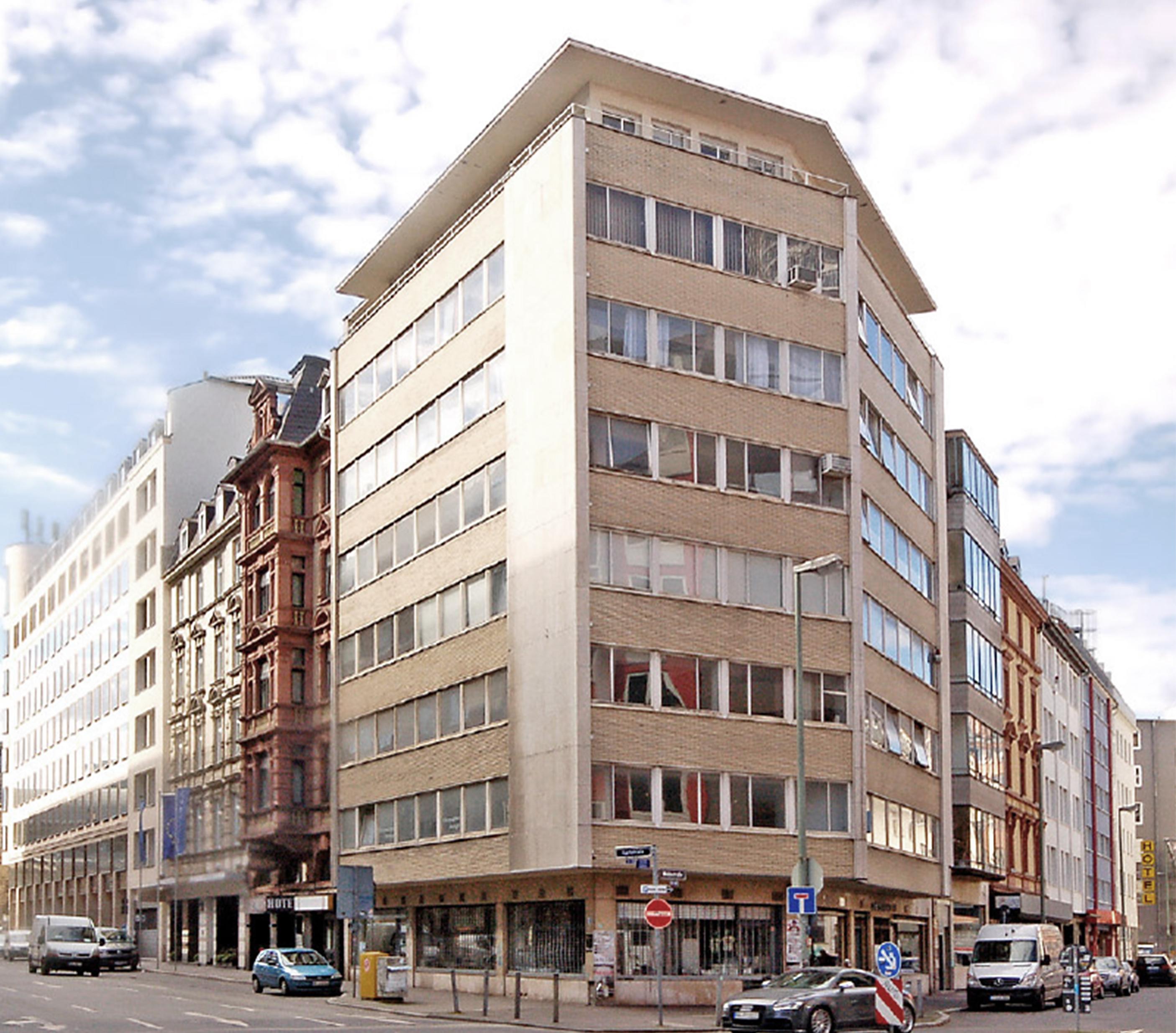So sah das Gebäude bis 2017 aus - einfach verglaste Fenster, keine Wärmedämmung und gewerbliche Nutzungen